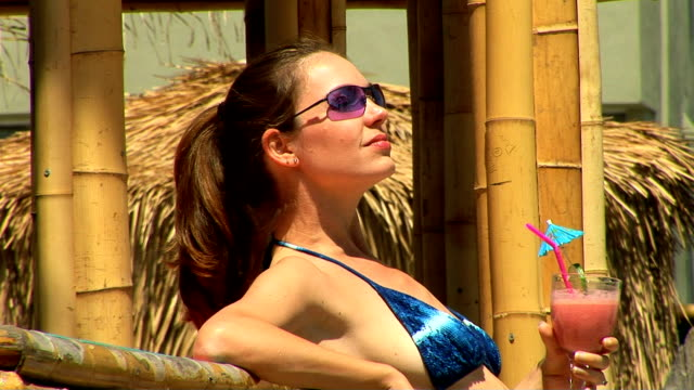 vídeos y material grabado en eventos de stock de sunbathing - cabaña de paja
