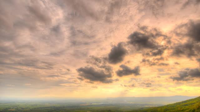 Sonnenstrahl mit Wolken bewegen über Berge und Bergwiesen.