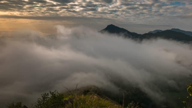 sonnenstrahlen und nebel breitmacht über fließende auf die berge - gebirge stock-videos und b-roll-filmmaterial