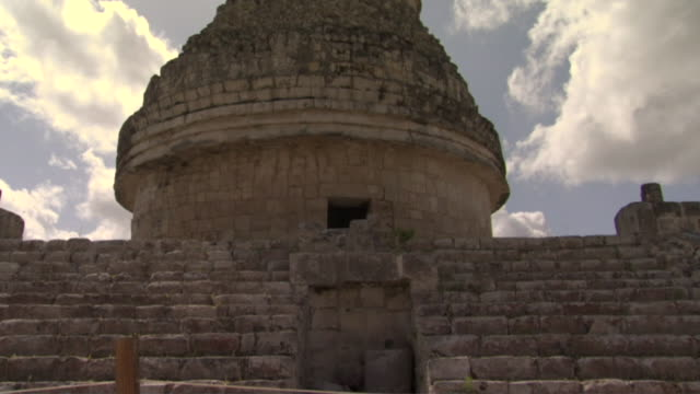 la ms tu sunbeams shining on el caracol observatory at ancient mayan site chichen itza / yucatan, mexico  - observatorium stock-videos und b-roll-filmmaterial