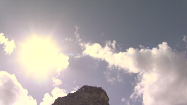 vídeos de stock e filmes b-roll de la td ms sunbeams shining on el caracol observatory at ancient mayan site chichen itza / yucatan, mexico  - por volta do século 7 dc