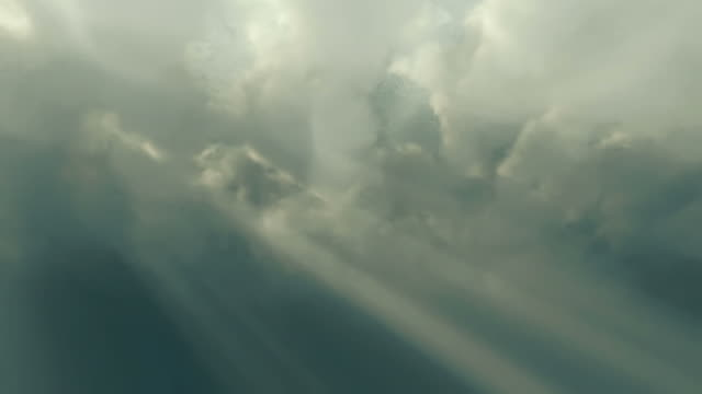 sunbeams shoot through time lapse clouds - 太陽光線点の映像素材/bロール
