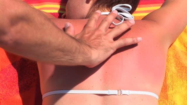 vídeos y material grabado en eventos de stock de hd: quemaduras de sol - tumbado boca abajo