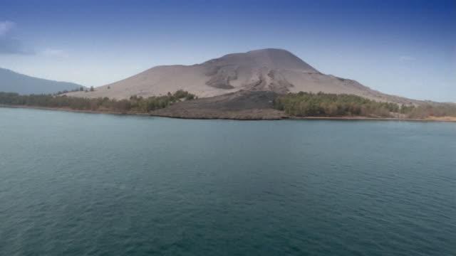 vídeos de stock e filmes b-roll de low aerial, sunda strait and krakatoa island, indonesia - estreito descrição física