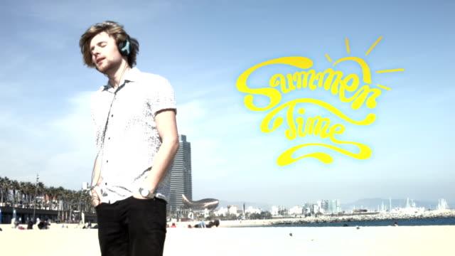 sonntag nachmittag musik hören auf den strand - stoppelbart stock-videos und b-roll-filmmaterial