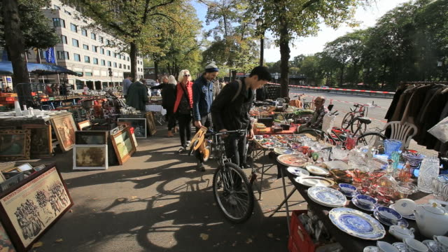 sunday flee market in berlin - mercato delle pulci video stock e b–roll