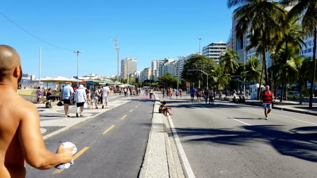 vídeos de stock e filmes b-roll de sunday in copacabana beach - copacabana