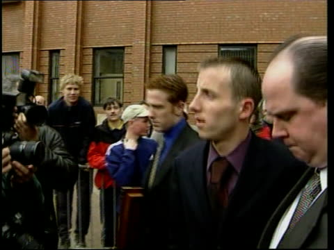 sunday mirror editor resigns; lib hull: hull crown court: leeds united footballer lee bowyer along as leaving court following collapse of assault... - 記事点の映像素材/bロール
