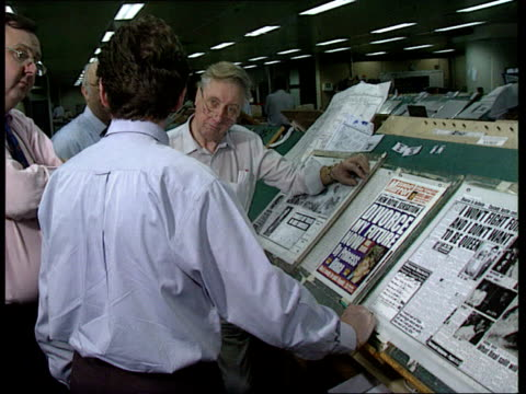 vídeos de stock, filmes e b-roll de sunday mirror royal divorce story england london ms men standing round newspaper board with copies of 'sunday mirror' in it cms 'sunday mirror' on... - primeira página de jornal