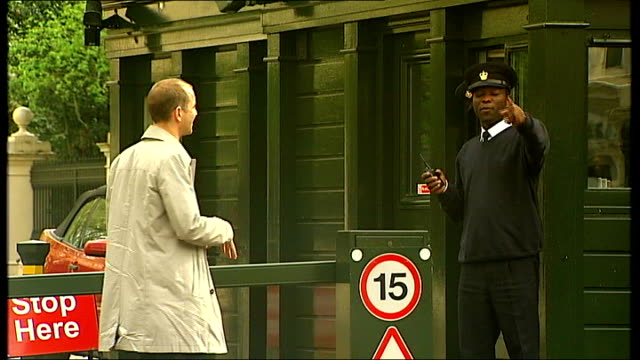 growing divide between rich and poor security guard telling reporter they can't film on kensington palace gardens sot 'no photography' sign on... - sonntag stock-videos und b-roll-filmmaterial