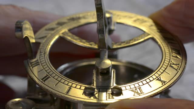 sundial compass. - römische zahl stock-videos und b-roll-filmmaterial
