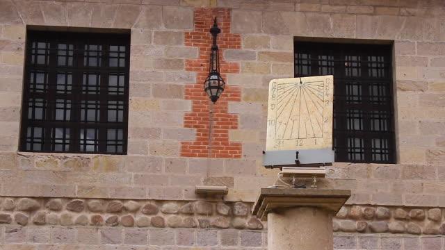 vídeos de stock e filmes b-roll de sundial, reloj del sol / potosí, bolivia - reloj