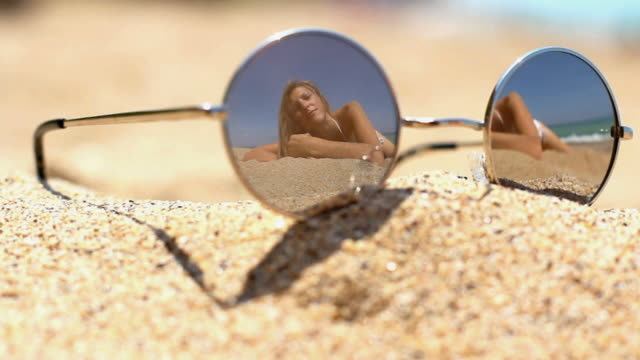 Sonnenbrille und ein Mädchen