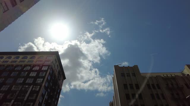 vidéos et rushes de sunlight and modern buildings in los angeles. - paradisiaque