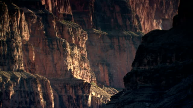sunlight and shadow give definition to the walls of the grand canyon. - canyon stock-videos und b-roll-filmmaterial
