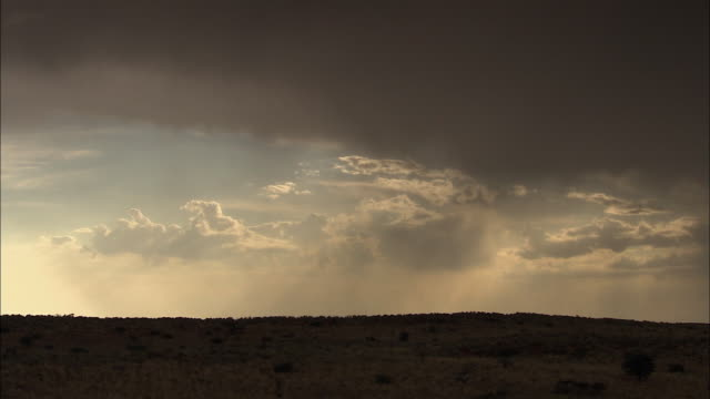 vídeos y material grabado en eventos de stock de ws t/l sunlight coming through clouds over kalahari desert / kalahari desert, north west, south africa - vendaval de polvo