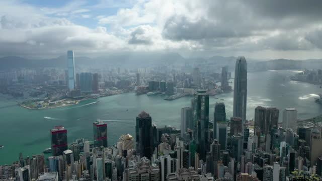 sonnenlicht aus der wolke mit hong kong stadtbild in echtzeit - high dynamic range imaging stock-videos und b-roll-filmmaterial