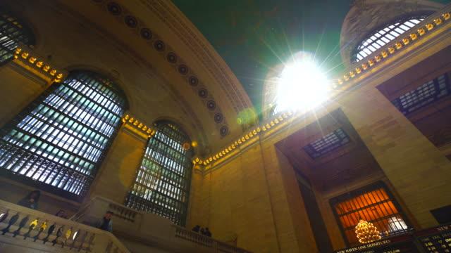 vídeos de stock e filmes b-roll de sunlight from skylight illuminates the grand central terminal interior in new york city. - claraboia