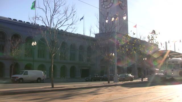 stockvideo's en b-roll-footage met hd: sunlight glistens off san francisco tram, streetcar, trolley - veerbootgebouw