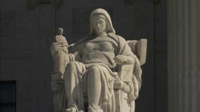 vídeos y material grabado en eventos de stock de sunlight illuminates a marble statue. - escultura