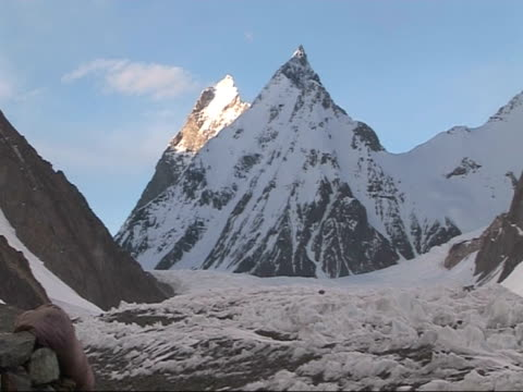 sunlight on peak of k2, chinese-pakistani border - appuntito video stock e b–roll