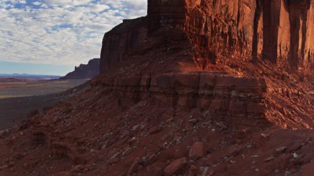 vídeos de stock, filmes e b-roll de luz solar em rochas vermelhas no vale do monumento-aéreo - desfiladeiro