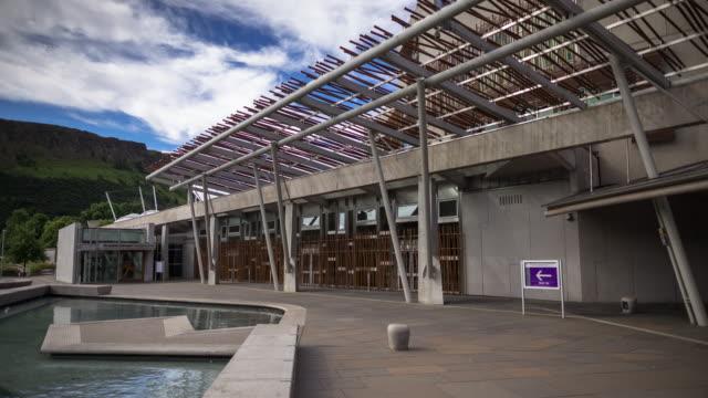 solljus på skotska parlamentsbyggnaden - tidsfördröjning - holyrood bildbanksvideor och videomaterial från bakom kulisserna