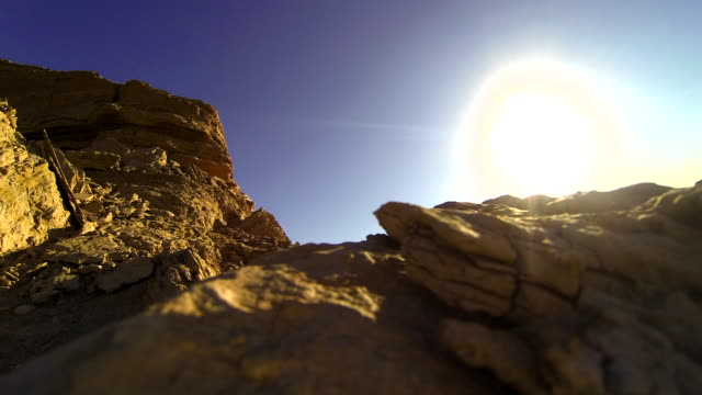 vídeos de stock e filmes b-roll de sunlight over the rocks in the desert - penedo