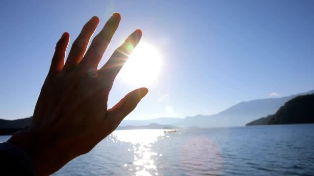 vídeos y material grabado en eventos de stock de luz del sol pasa a través de los dedos - esperanza