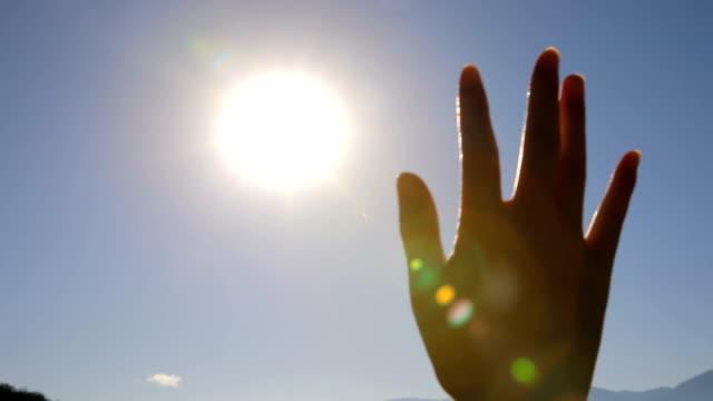 sonnenlicht durch finger - winken stock-videos und b-roll-filmmaterial