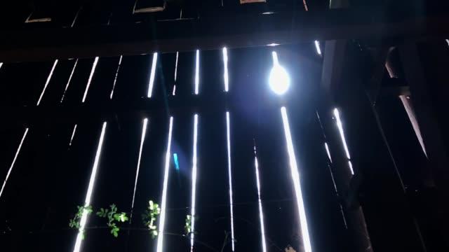日光は古い納屋の板の隙間から貫通する - 農家の納屋点の映像素材/bロール