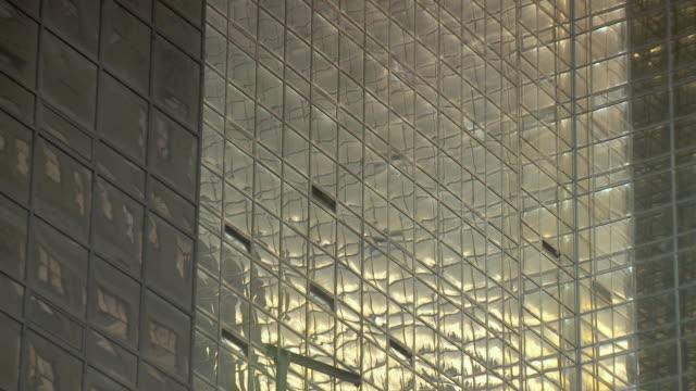 cu zo ms la sunlight reflecting in skyscraper / new york city, usa - fensterfront stock-videos und b-roll-filmmaterial