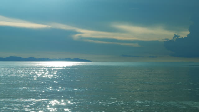 vídeos y material grabado en eventos de stock de reflexión luz del sol en el océano con la isla de silhouette - surrealista
