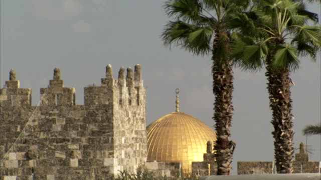 sunlight reflects off the dome of the rock in jerusalem. available in hd. - jerusalem old city stock videos and b-roll footage