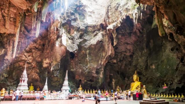 Sonnenlicht glänzen durch das Dach der Grotte aus der Vorderseite des big buddha-statue