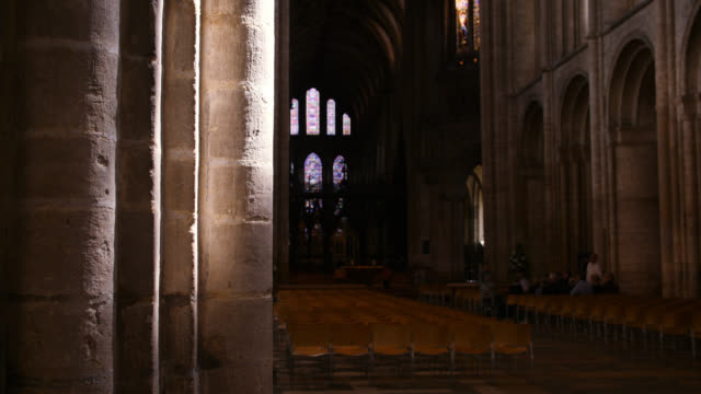 vídeos y material grabado en eventos de stock de sunlight shines on stone pillar in ely cathedral - columna arquitectónica
