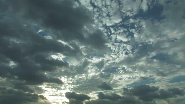 t/l sunlight through clouds - 隠れる点の映像素材/bロール