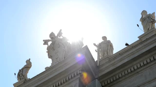 vídeos y material grabado en eventos de stock de sunlight visible at the top of st.peter's basilica. - fachada arquitectónica