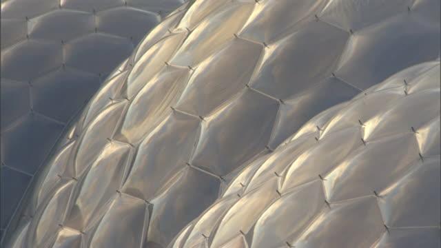 vídeos y material grabado en eventos de stock de sunlight warms the honeycomb-like surface of the eden project's biodomes. - cornwall inglaterra