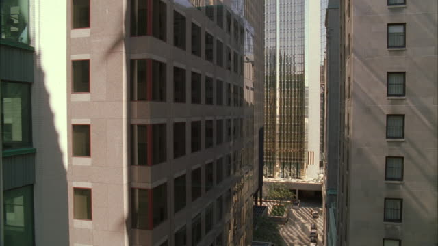vídeos de stock e filmes b-roll de ms ha sunlit high-rise buildings - com sombra