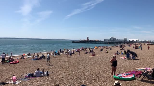 vídeos y material grabado en eventos de stock de sunlovers take to the beach in southsea, hampshire, as the uk prepares for the possibility of record-breaking heatwave temperatures. the south of... - hampshire