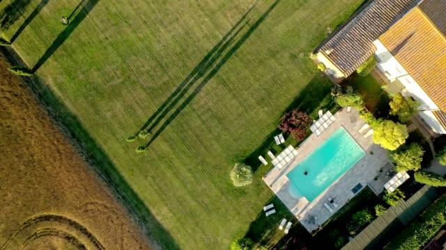 solig dag vid poolen - drönarbilder - stillastående vatten bildbanksvideor och videomaterial från bakom kulisserna