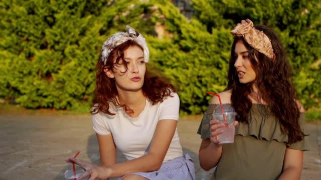 vídeos de stock e filmes b-roll de sunny day lemonade and talking - cabelo natural