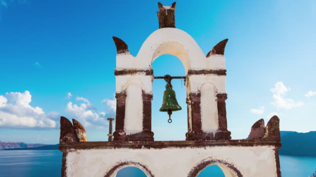vídeos de stock, filmes e b-roll de dia de sol santorini ilha oia cidade sino litoral panorama 4 tempo k caducar grécia - santorini