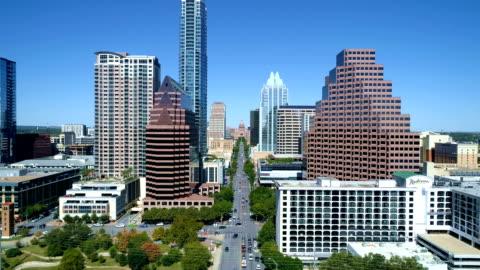 vídeos y material grabado en eventos de stock de días soleados en vista aérea de austin texas a south congress a la construcción de capital - austin texas