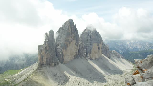 sunny morning by the three peaks - naturligt landmärke bildbanksvideor och videomaterial från bakom kulisserna