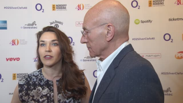 vídeos y material grabado en eventos de stock de sunny ozell, patrick stewart on working with the charity, song that get you through life, paul simon, randy newman at silver clef awards on july 03,... - randy newman