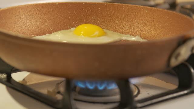 vídeos y material grabado en eventos de stock de lado soleado hacia arriba en una sartén - huevos fritos de un solo lado