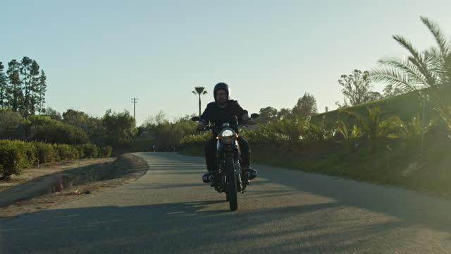 stockvideo's en b-roll-footage met zonnige langzame motorrit in ventura county - sunny