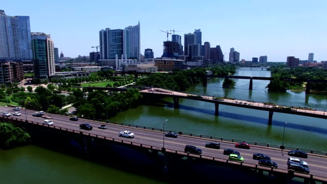 Zonnige zomer dag Over stad Lake Austin Texas luchtfoto Drone drukke verkeer dag vliegen dicht over de brug